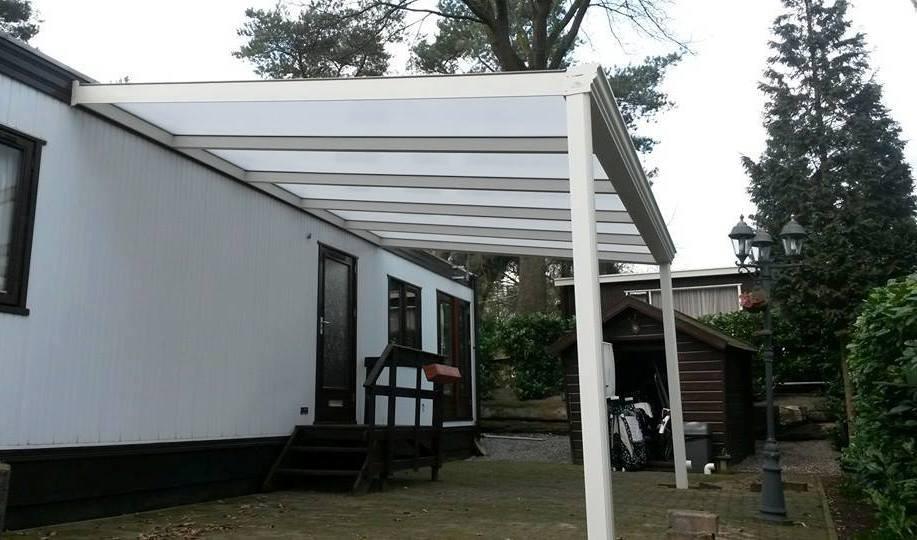 Terrasoverkapping klassiek mat creme tegen stacaravan - Pergola dakbedekking ...