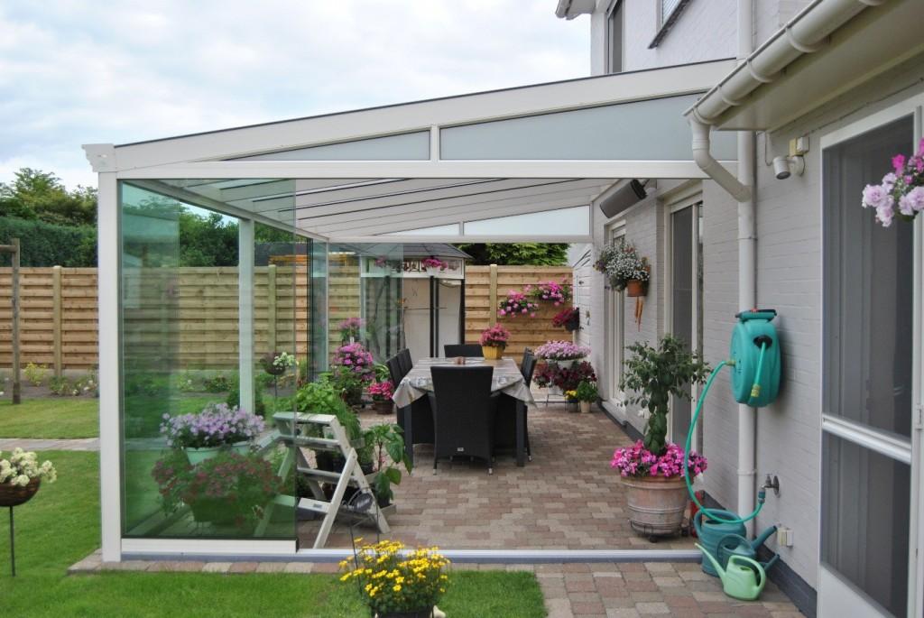 Terrasoverkapping klassiek mat creme met glazen schuifdeuren rondom - Pergola dakbedekking ...