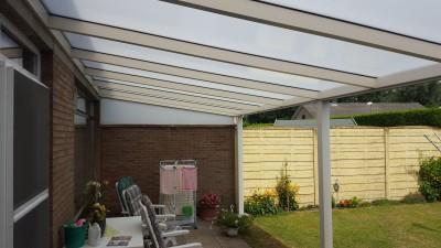 TerrasPro heeft een moderne terrasoverkapping, crème kleur van 8 op 3 meter te Eksel gerealiseerd.